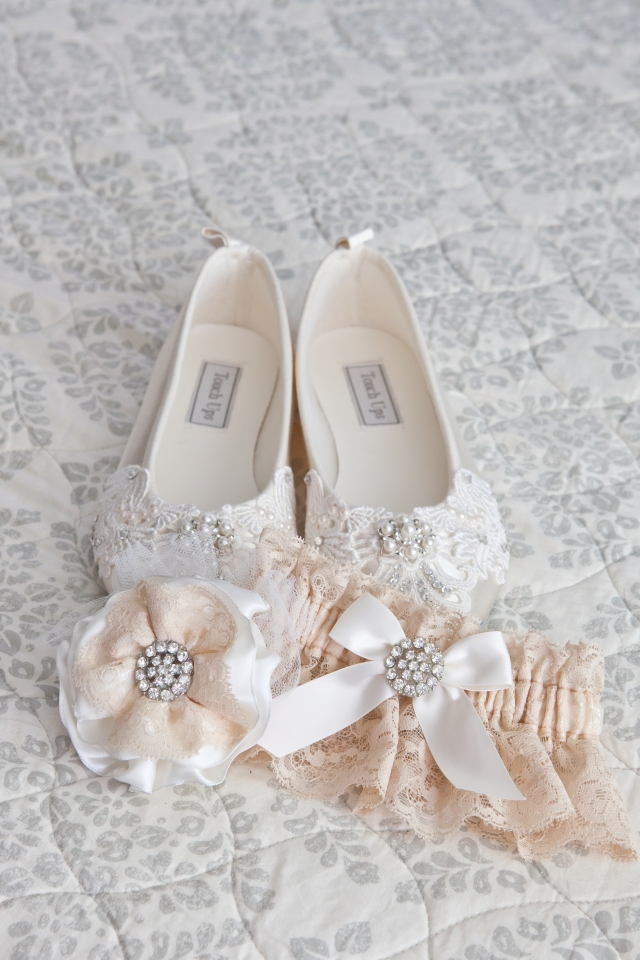 Beautiful Bridal Flats, Gater and Hair Piece!  Perfect for a romantic vintage wedding.  From bubmelbreeblog and photoes from Melinda Lara Photography